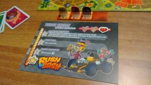 Ogni giocatore ha la sua scheda, con i poteri speciali e i punti vita. Visibile anche il tracciato con l'ordine di gioco.