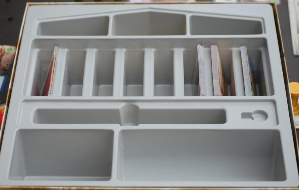 L'interno della scatola richiama la forma di un tempio greco.
