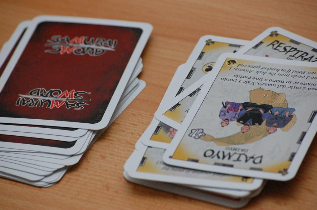 Il mazzo di gioco vine rimescolato varie volte durante una partita.