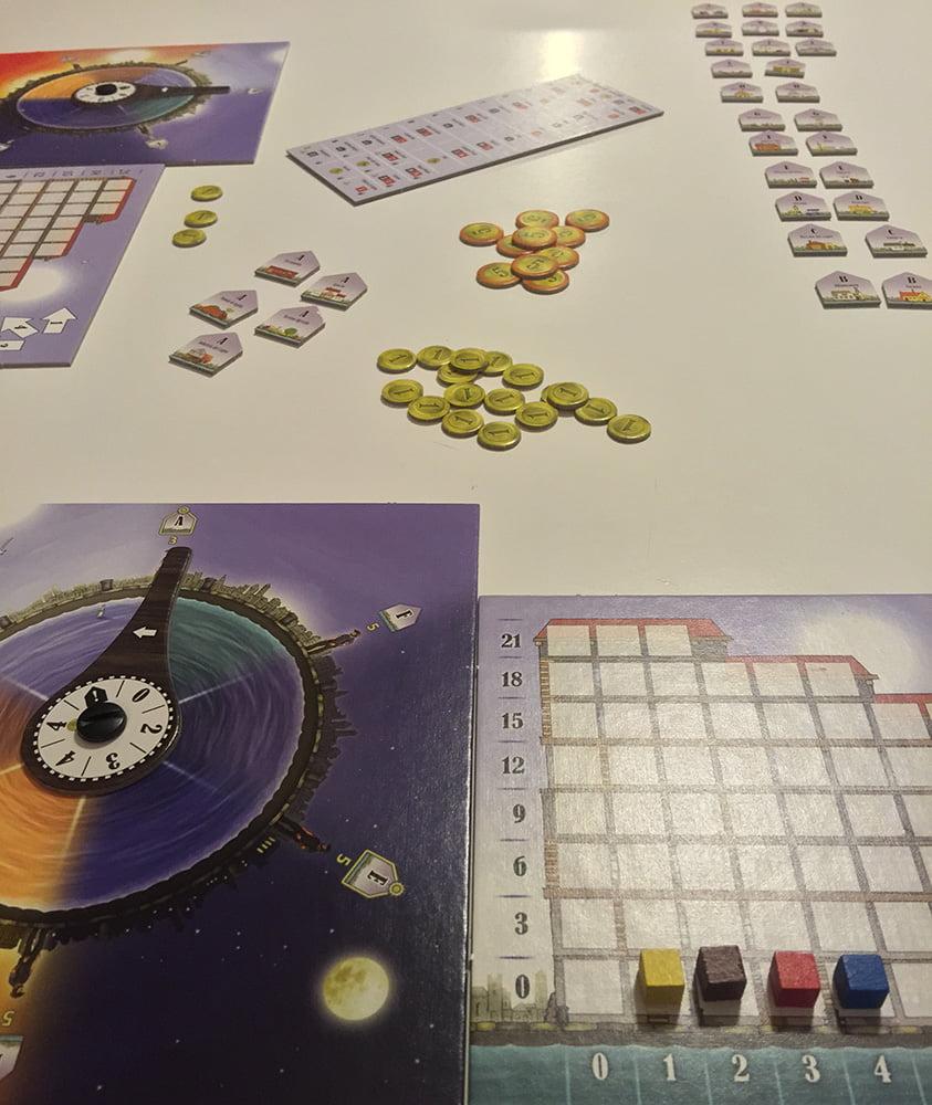 La partita può cominciare: come potete notare, i due giocatori hanno deciso di sedersi accanto, disponendo gli edifici in diagonale, in modo tale da essere leggibili per entrambi.