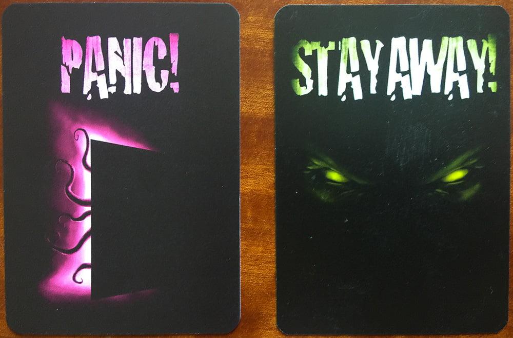 Le due diverse tipologie di carte del gioco: le carte Panic! sulla sinistra e quelle Stay Away! sulla destra.