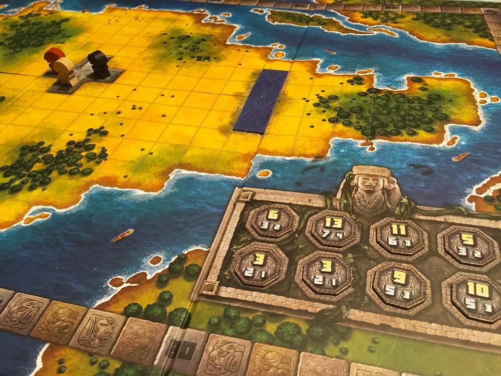 L'ampia plancia è pronta per la partita: gli 8 gettoni del primo periodo sono stati sorteggiati (in basso a destra) e i Pilli Mexica sono stati collocati nel palazzo imperiale (in alto a sinistra).