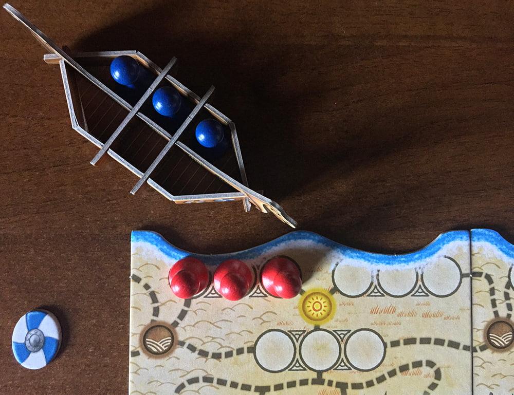 Il giocatore rosso ha iniziato la partita sbarcando con tutti e tre i pedoni nella stessa spiaggia: il blu, non avendo carte Esploratore, per questo turno rimane bloccato.