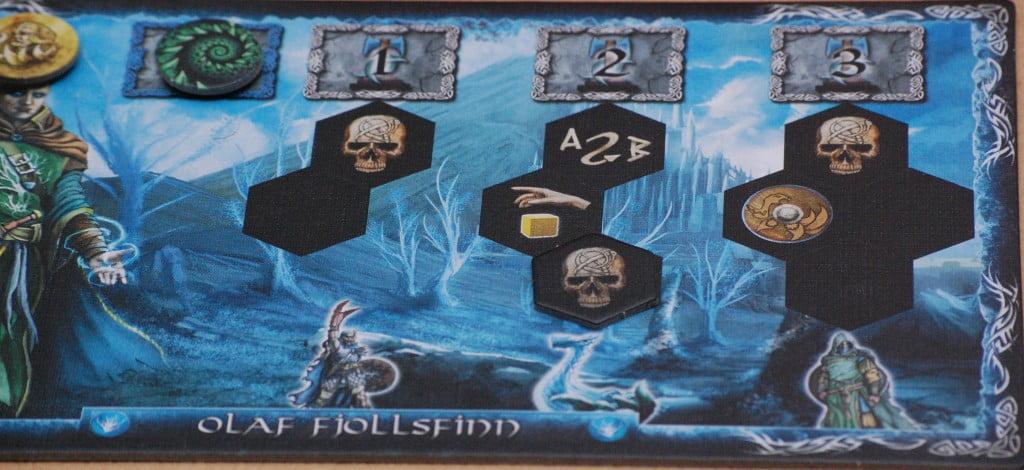 """La tabella del giocatore mostra le 3 diverse tipologie di unità. Alcuni spazi sono predeterminati e riportano icone """"uniche"""", altri sono lasciati all'arbitrio dei giocatori.."""