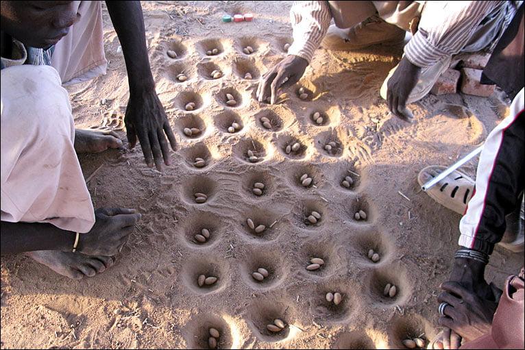 In molte parti del mondo il Mancala viene ancora oggi giocato come oltre 2000 anni fa: scavando buche per terra e utilizzando sassi come pedine. Il gioco conta migliaia di versioni. Tra i vari formati esistenti anche pregevolissime realizzazioni artigianali del tavoliere in legno.