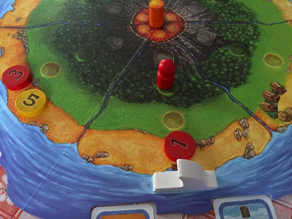 Questa volta, il giocatore rosso ha calato il gettone 1 nella spiaggia in cui si trova la barca: questa si sposterà nel segmeno successivo (1 movimento) .
