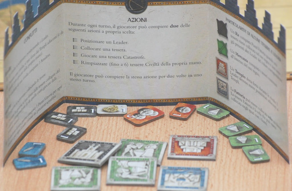Dietro al siparietto il giocatore tiene sempre 6 tessere e i punti vittoria guadagnati.