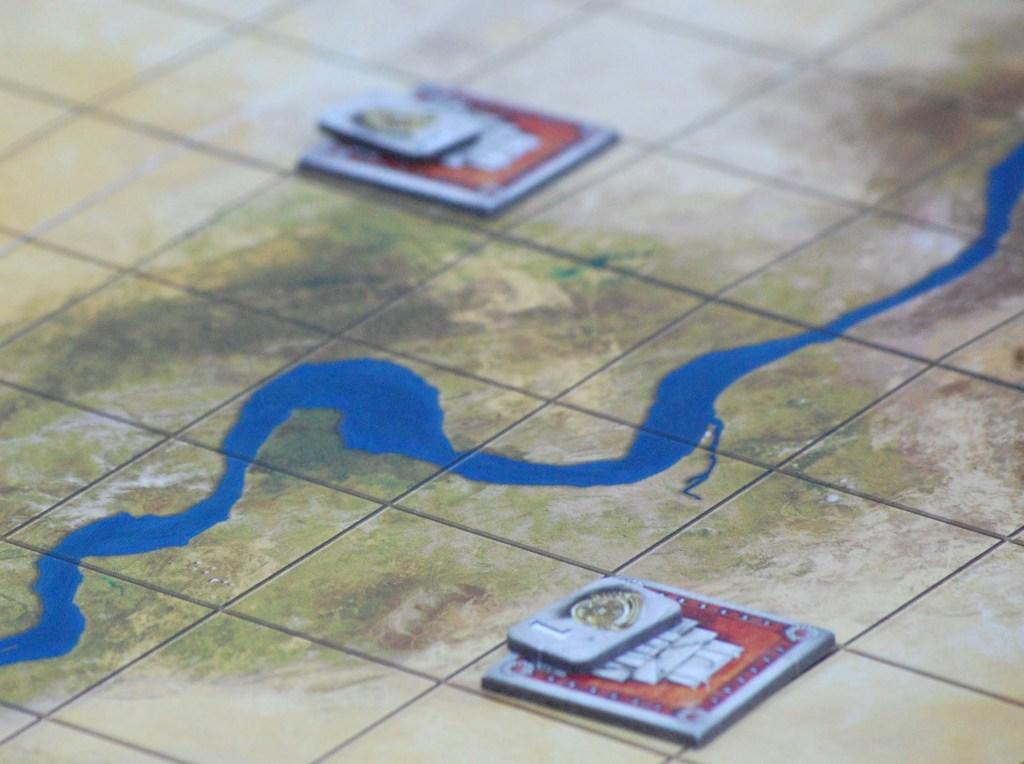 """Setup: soltanto alcune tessere """"rosse"""" ognuna delle quali con una pedina tesoro sopra, sparse ad arte sulla mappa."""