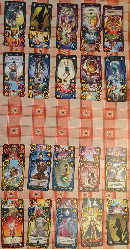 Il setup per una partita a due: ogni giocatore ha 10 mazzetti di 3 carte ciascuno, ma solo le carte più in alto sono subito utilizzabili.