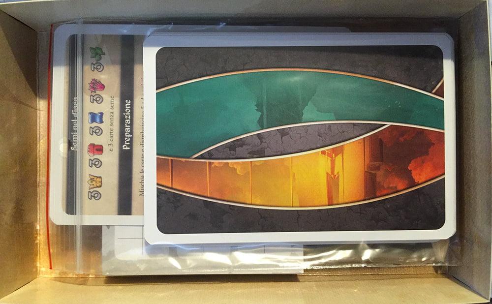 L'interno della scatola: dimensioni compatte e ziploc incluse, per tenere tutto in perfetto ordine.