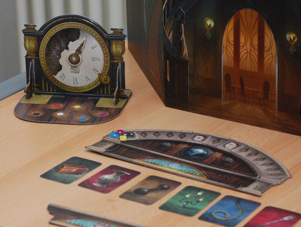 [Mysterium] L'orologio serve a scandire i turni di gioco. poco più in basso trovate la corrispondente plancia di ISS per un raffronto diretto)