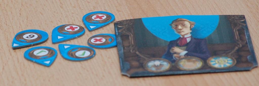 """Dotazione di un giocatore: Una busta per conservare le carte del """"tris"""" di carte e i 6 segnalini per scommettere sulle scelte altrui"""