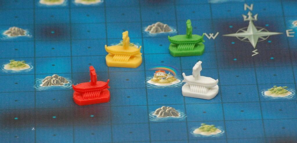 """Gran finale: i marinai si trovano (o """"credono i trovarsi"""") a pochi spazi dall'isola sacra: sbagliare mossa può significare allontanarsi dall'obbiettivo."""