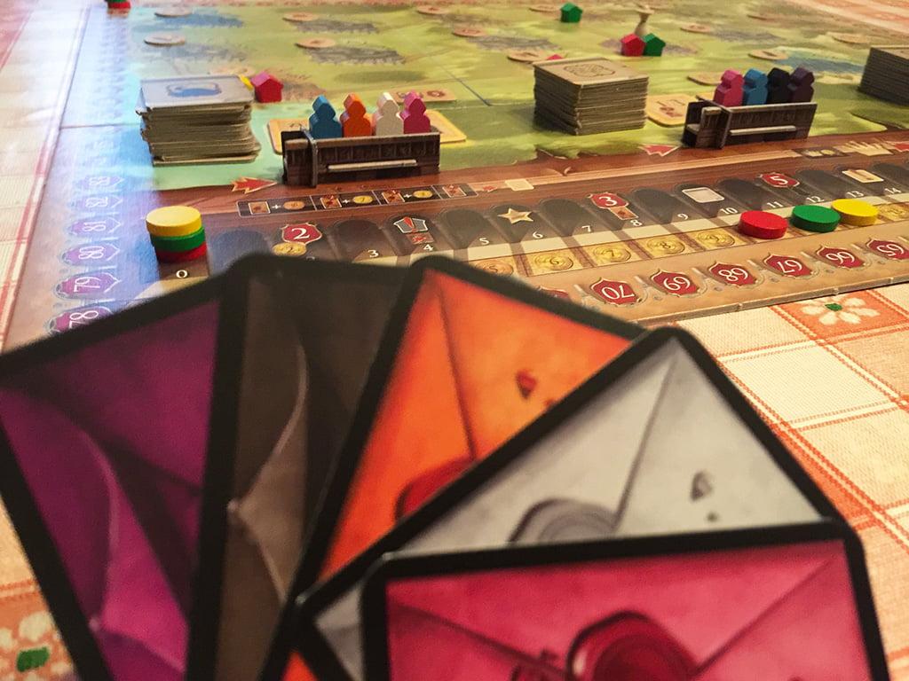 Il giocatore giallo decide di prendere un permesso nella prima regione: giocherà 3 carte politica (arancione, bianco e rosa), a cui dovrà aggiungere 3 punti ricchezza (perché non possiede la carta azzurra).