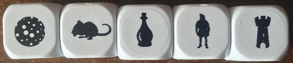 5 delle 6 facce dei dadi inclusi nel gioco.