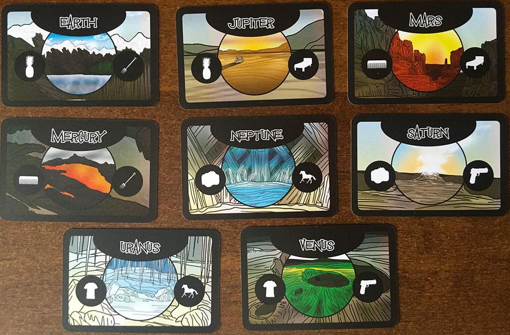 Le 8 carte pianeta incluse nel gioco: prestate attenzione alle due icone al centro, perché durante i racconti saranno molto importanti.