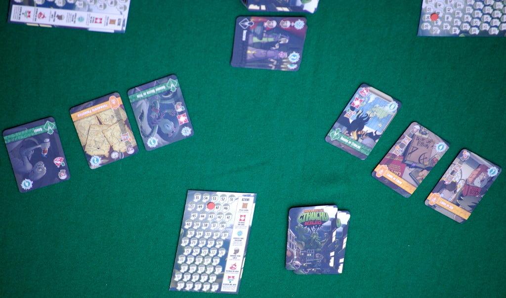 LA particolarità del gioco: in 4 giocatori ogni partecipante accede all'acquisto di 6 carte: 3 a destra tre a sinistra.