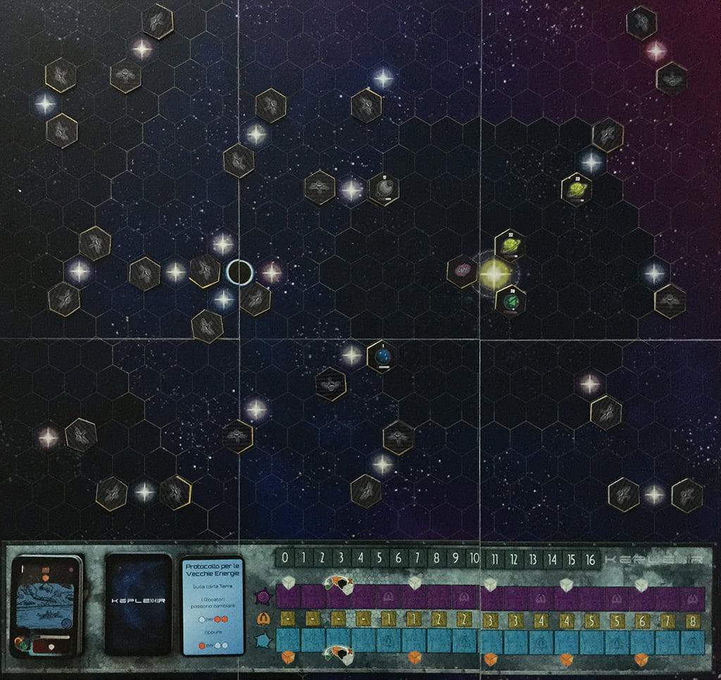Il tabellone a inizio partita, con i soli esagoni dell'area più prossima alla Terra che per ora sono scoperti.