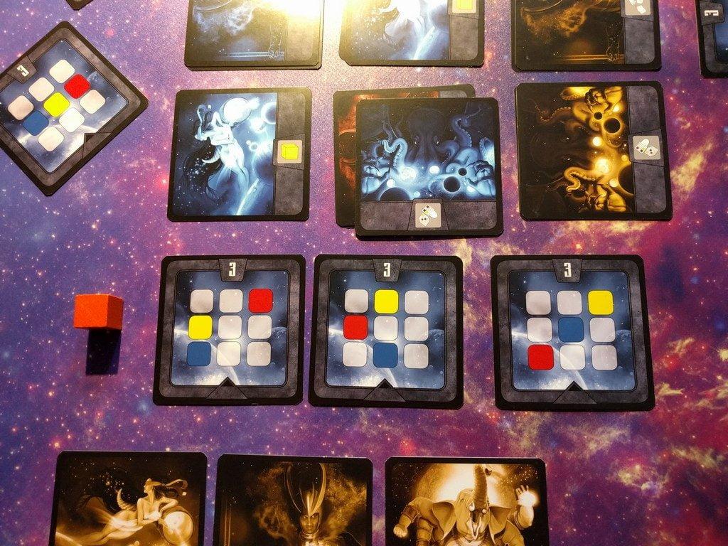 Posizionando la carta blu possiamo subito pescare una carta equilibrio, anche quando ne abbiamo già due. Più carte equilibrio = più probabilità di completarne una con poco sforzo o persino due insieme!