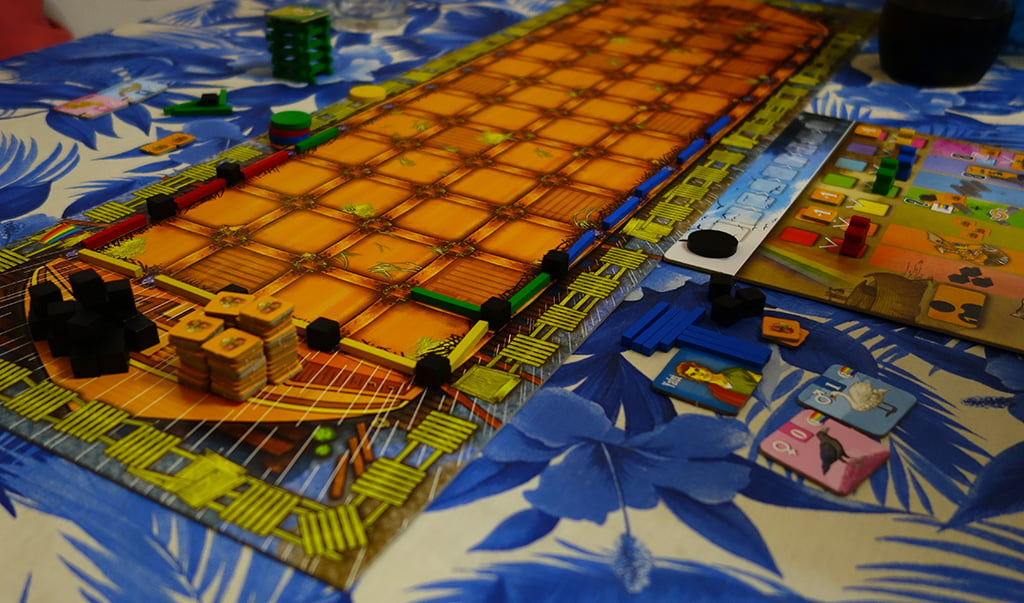 """La partita è appena cominciata e i giocatori si affannano a costruire la """"chiglia"""" dell'arca, per ottenere il relativo bonus finale..."""