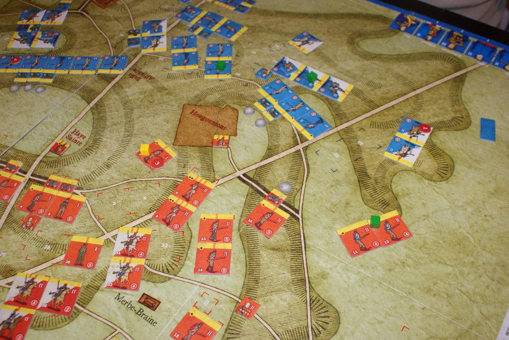 Gli effetti del bombardamento iniziale sull'ala sinistra francese: un'unità alleata è scossa (cubetto giallo) ed una cavalleria francese ha subito 1 danno (gettone rosso) ed è anche stata costretta a ritirarsi.