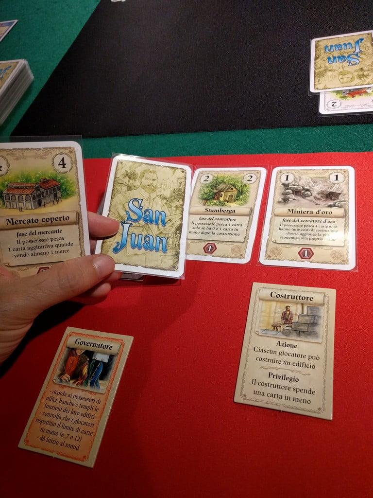 Ora è il rosso a fare il governatore! Costruisce gratuitamente la Miniera, e riceve così il bonus della Stamberga, visto che ha solo una carta in mano.