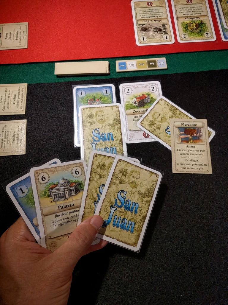 Il giocatore nero vende le proprie due merci, grazie al privilegio di aver scelto l'azione: gira il tassello con i prezzi, e incassa 2 carte per lo zucchero, e una per l'indaco.