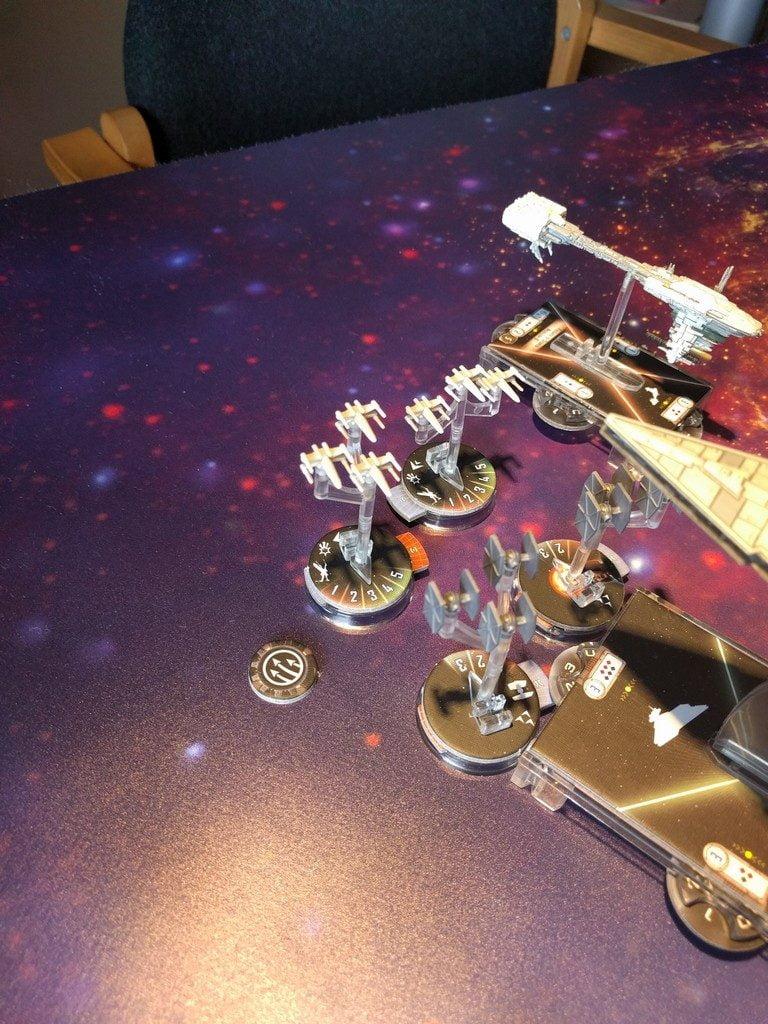 Intanto i caccia spaziali duellano intorno alle navi più grandi, e gli X-Wing come era prevedibile stanno avendo inesorabilmente la meglio