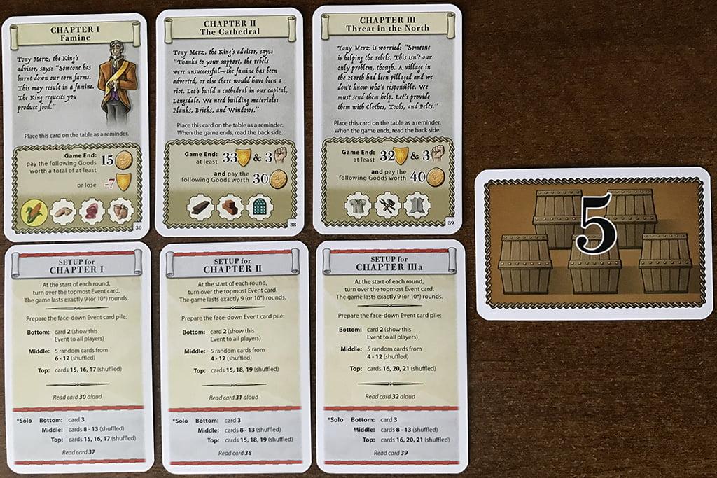 I primi tre Capitoli dell'espansione (in alto) con i rispettivi set-up (in basso). A destra vedete, invece, la carta da 5 risorse.