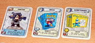 Ogni giocatore man mano che il gioco procede raccoglie degli oggetti/personaggi davanti a se. Queste carte possono essere usate come potenziamento ma sono soggette alle mire ed attacchi degli altri giocatori.