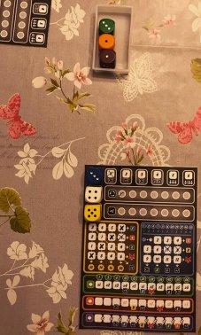Lancia gli ultimi 2 dadi e sceglie il 5 giallo, grazie al quale segna la sua prima crocetta nell'area gialla. Il rimanente dado verde viene poi scartato.