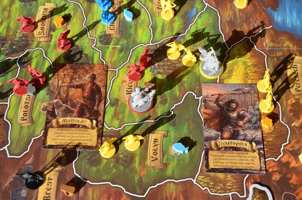 Esempio di combattimento. Le carte sono state aggiunte alla foto solo per spiegare l'uso dei personaggi