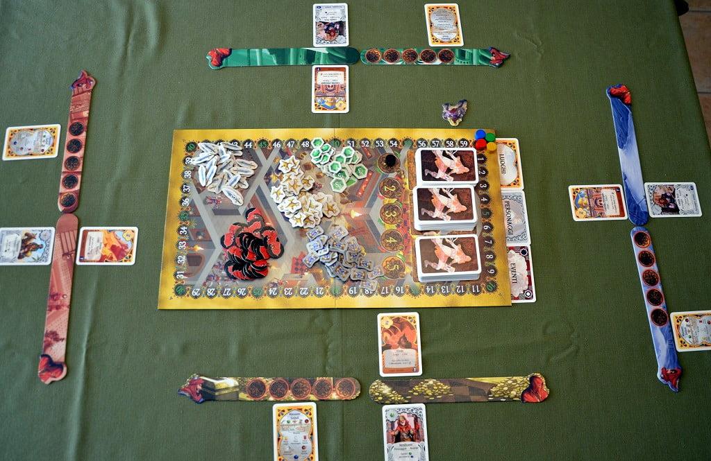 Tavolo allestito per una partita a quattro giocatori.
