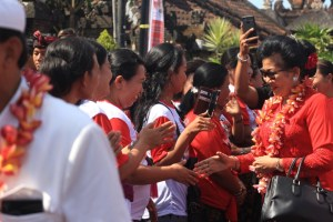 Bunda Putri 'Pulang Kampung', Warga Terharu Doakan Koster-Ace Menangi Pilgub Bali