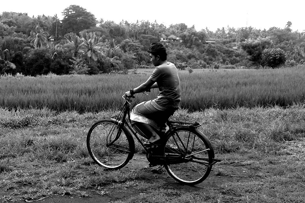 Having Tour in Bali by Riding The Vintage Bicycle