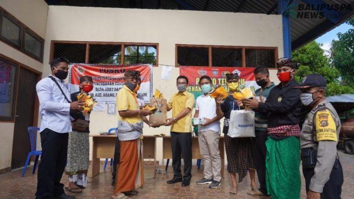 Wakil Ketua DPRD Karangasem I Nengah Sumardi memberikan bantuan APD kepada warga Datah kecamatan Abang
