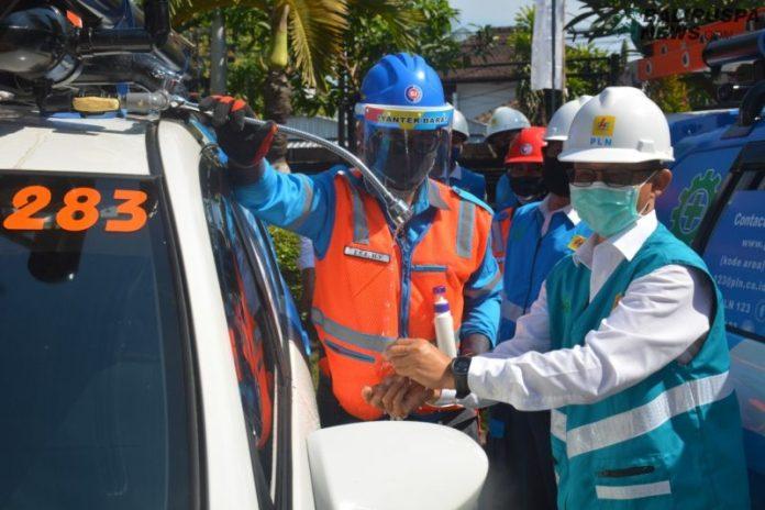 General Manager PLN UID Bali Adi Priyanto saat melakukan pengecekan kesiapan petugas PLN di Singaraja, Senin (3/8).