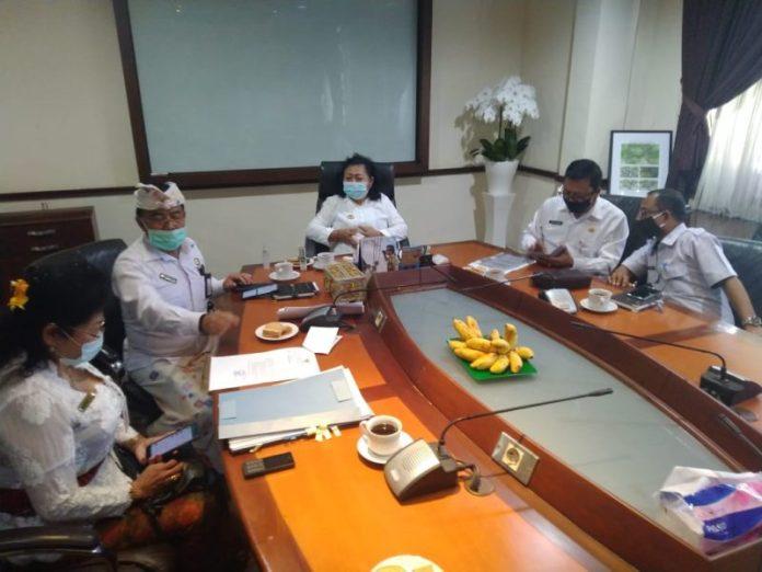 Bupati Mas Sumatri bersama pejabat penting lainnya menggelar konferensi pers terkait Karangasem masuk zona merah Covid-19