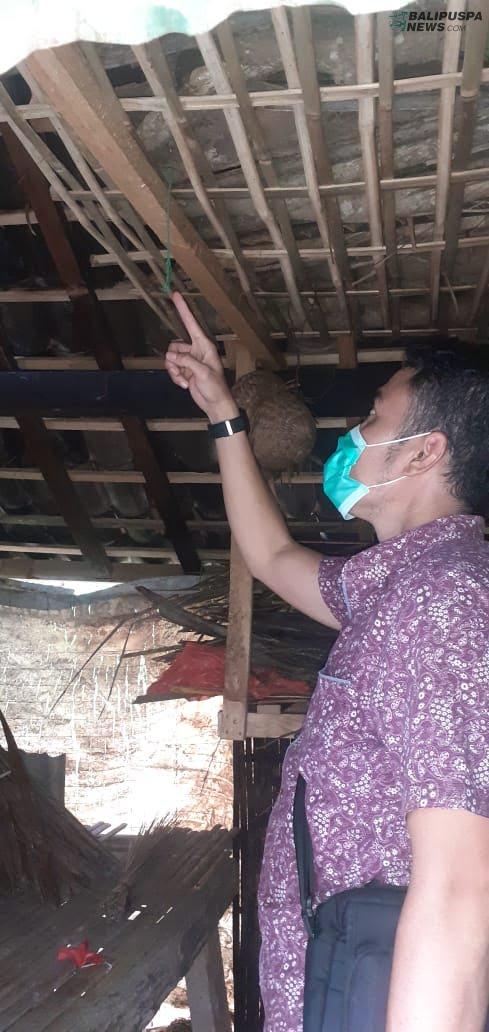 Polisi tengah melakukan olah TKP di tempat gantung diri Kepala Dusun Bukian, Desa Bukian, Kecamatan Payangan, Rabu (14/10/2020).
