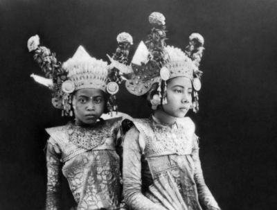 Old picture of Balinese dancers
