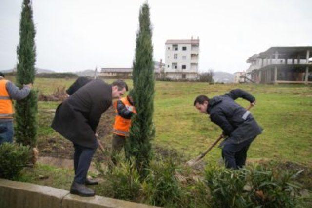 thumbnail_Veliaj gjate mbjelljes se 100 pemeve te reja te llojit selvi ne Unazen e Madhe 2