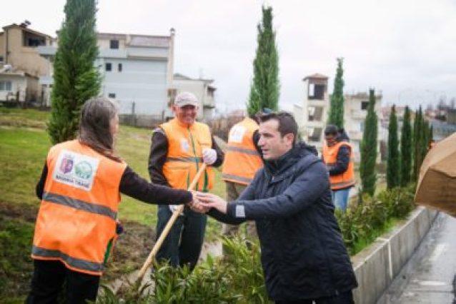 thumbnail_Veliaj gjate mbjelljes se 100 pemeve te reja te llojit selvi ne Unazen e Madhe 4