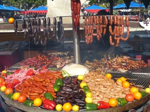 Verschiede Chorizo Wurst auf dem Holzkohlen Grill.
