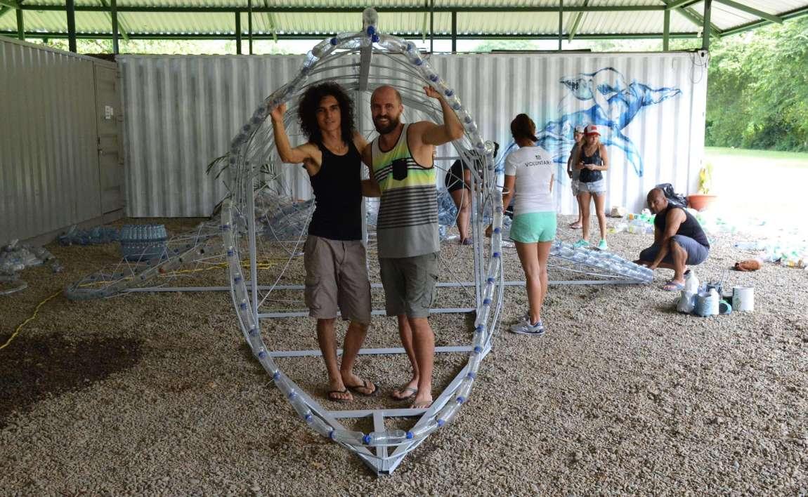 Una Ballena de Plástico en Bahía