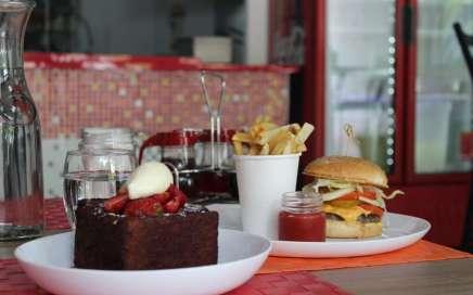 Five Maes, hamburguesas hechas en casa 100% pechuga molida.