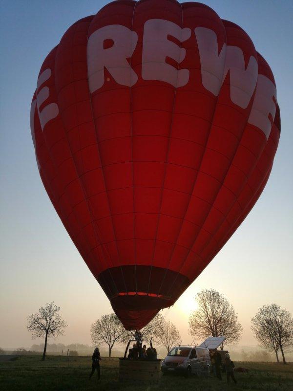 REWE Ballon startklar für Ballonstart Sonnenaufgang in Döbeln. Ballonfahrt Sachsen Ballonscheune Ballonabenteuer
