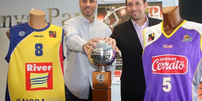 Los entrenadores posan con el objeto de deseo, la Copa Príncipe. Foto Pablo Romero / FEB
