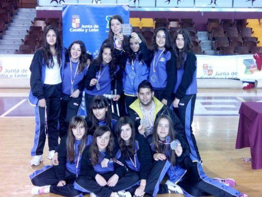 El Santo Domingo posando como subcampeonas de Castilla y León. Foto PalenciaBasket.com