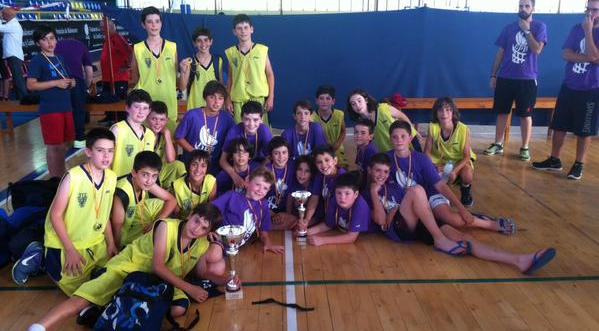 Los niños del PRD Palencia posan junto con los campeones de Valladolid, convivencia ante todo. Foto Basketcyl