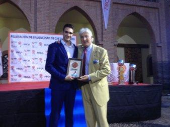 Alvaro Reyes posa con su galardón. Foto FBCyL
